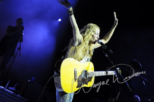 Live concert photography of Sheryl Crow at National City Pavilion in Cincinnati, OH by Wayne Dennon © Dennon Photography